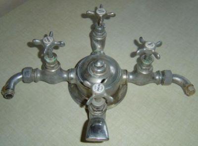 robinet ancien ref 2 robinet ancien robinetteries anciennes de lavabo baignoire en fonte. Black Bedroom Furniture Sets. Home Design Ideas